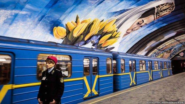 Схід і Захід: у київському метро з'явився потужний арт-об'єкт - фото 296677