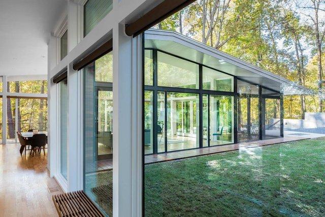 Ідеальний дім для інтровертів посеред лісу: яскраві фото - фото 297228