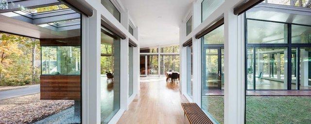 Ідеальний дім для інтровертів посеред лісу: яскраві фото - фото 297234