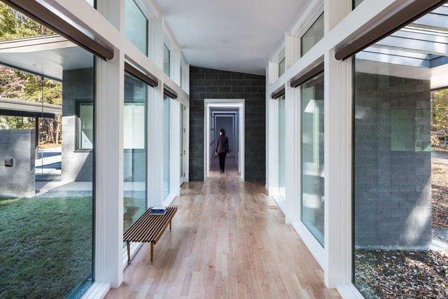 Ідеальний дім для інтровертів посеред лісу: яскраві фото - фото 297235