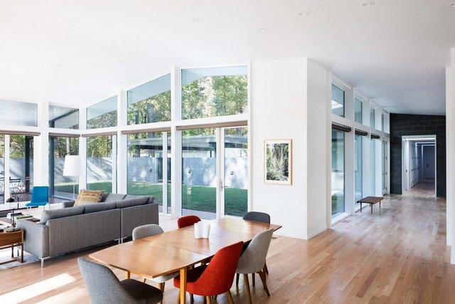 Ідеальний дім для інтровертів посеред лісу: яскраві фото - фото 297236