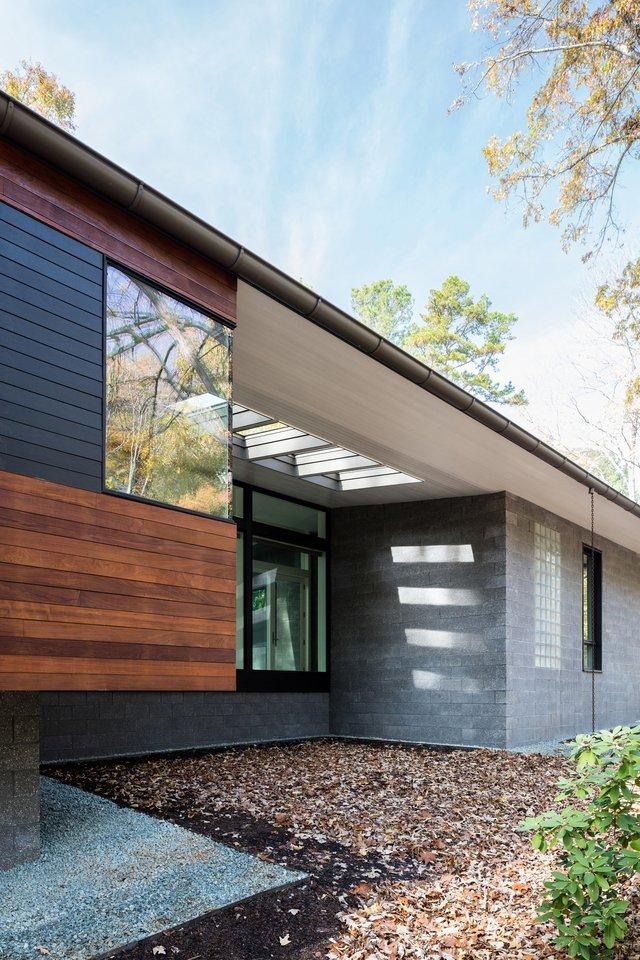 Ідеальний дім для інтровертів посеред лісу: яскраві фото - фото 297237