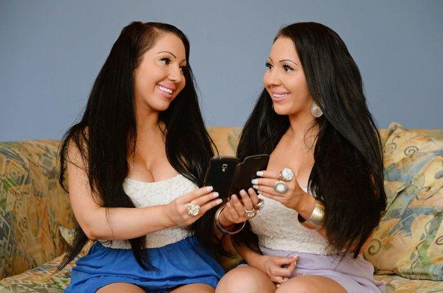 Найбільш схожі близнючки у світі виходять заміж за одного чоловіка - фото 297749