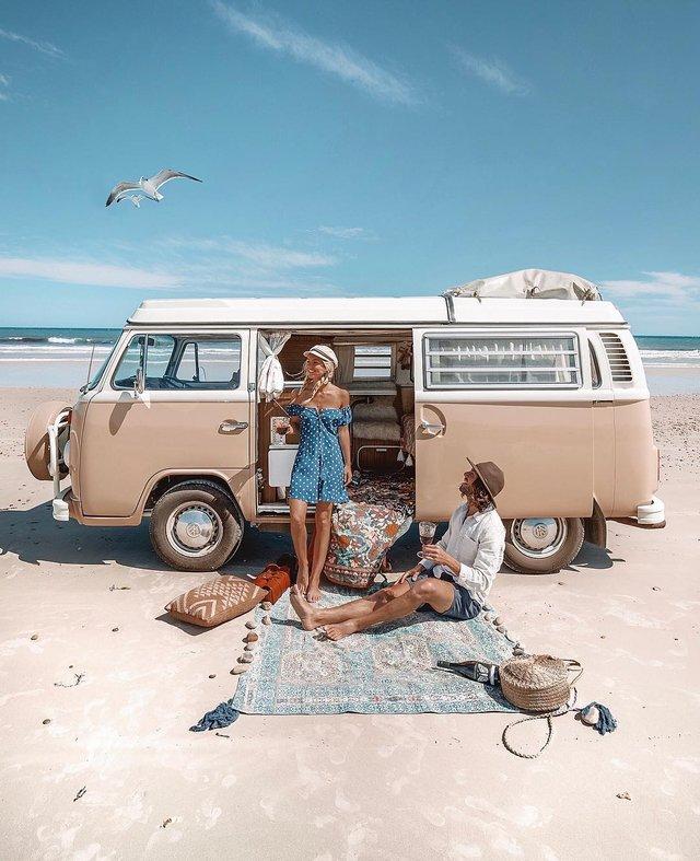 Пара мандрує Австралією на фургоні з вином: яскраві фото - фото 298717