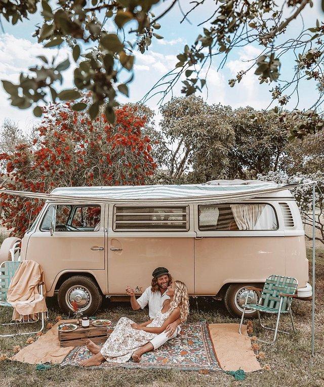 Пара мандрує Австралією на фургоні з вином: яскраві фото - фото 298721