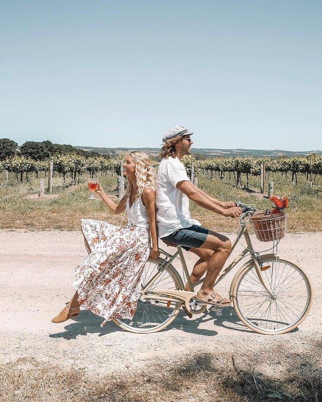 Пара мандрує Австралією на фургоні з вином: яскраві фото - фото 298726
