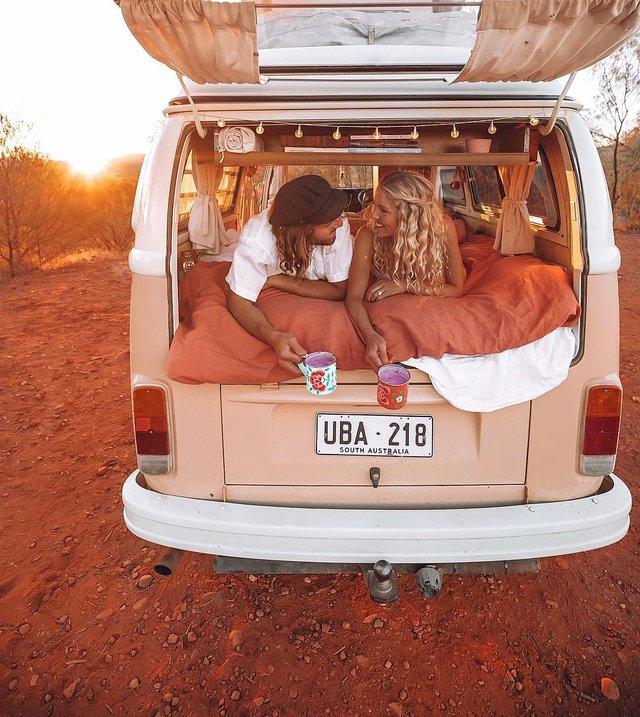 Пара мандрує Австралією на фургоні з вином: яскраві фото - фото 298729