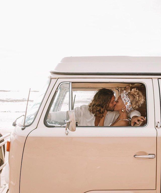 Пара мандрує Австралією на фургоні з вином: яскраві фото - фото 298731