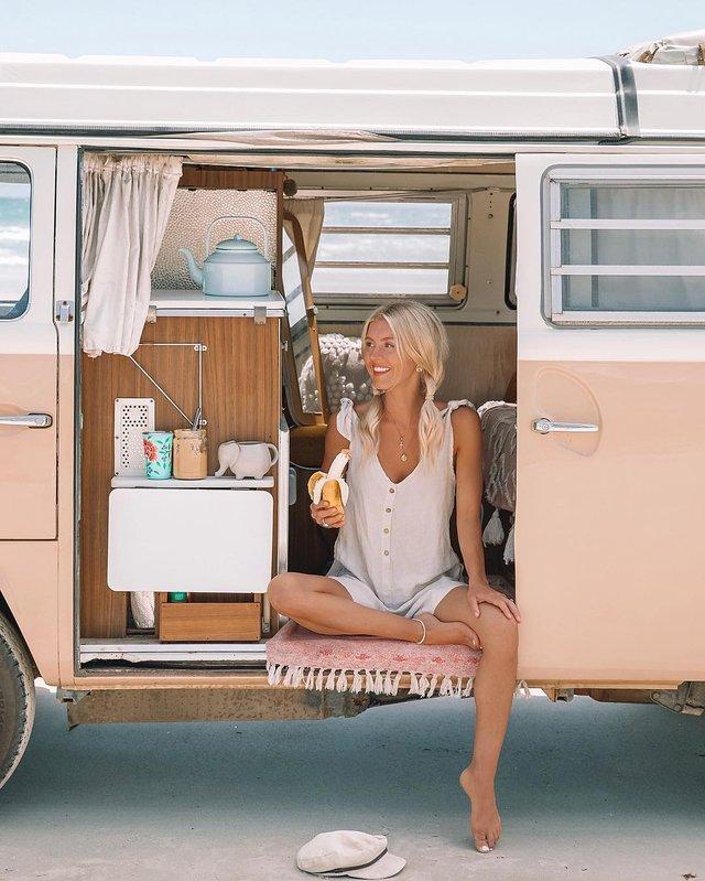 Пара мандрує Австралією на фургоні з вином: яскраві фото - фото 298733