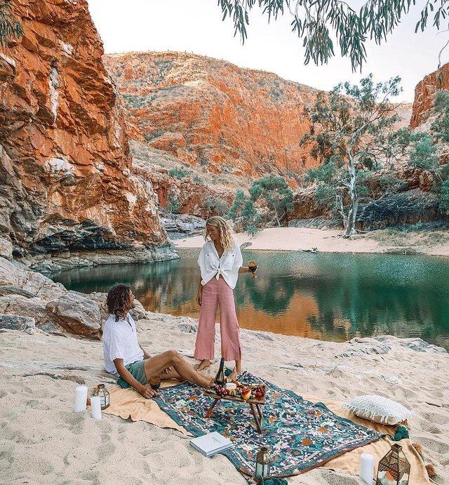 Пара мандрує Австралією на фургоні з вином: яскраві фото - фото 298734