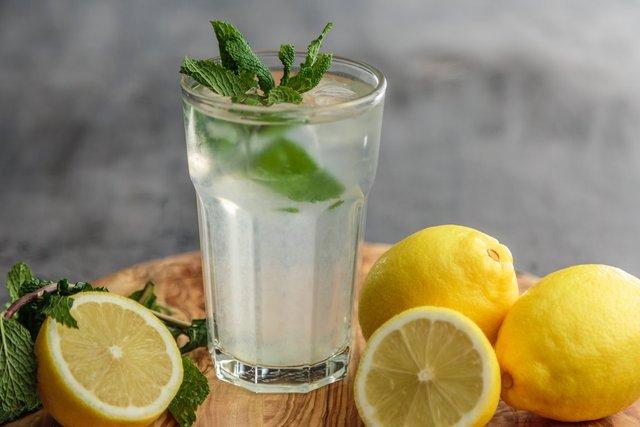 Рекомендуємо пити воду з лимоном - фото 298770