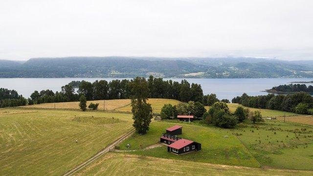 Архітектори створили чорний дім біля озера у Чилі - фото 299720