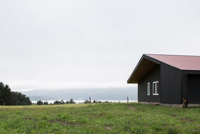 Архітектори створили чорний дім біля озера у Чилі - фото 299722