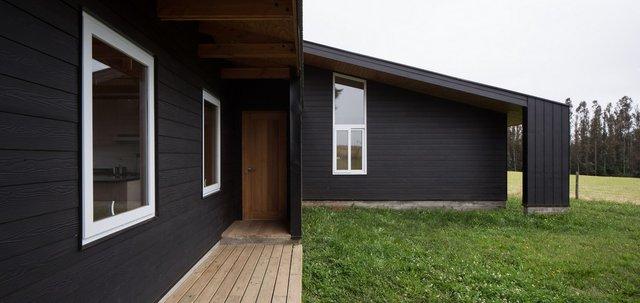 Архітектори створили чорний дім біля озера у Чилі - фото 299723