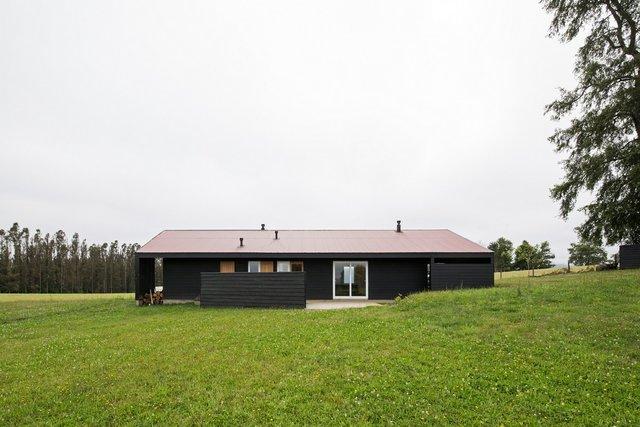 Архітектори створили чорний дім біля озера у Чилі - фото 299724