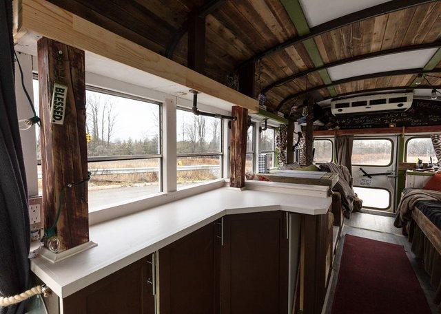 Фотограф перетворив автобус у дім для мандрів: затишні кадри - фото 300430