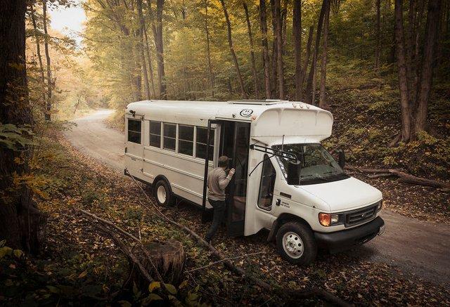 Фотограф перетворив автобус у дім для мандрів: затишні кадри - фото 300431