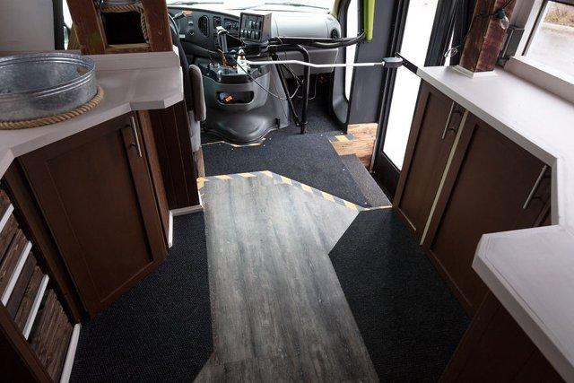 Фотограф перетворив автобус у дім для мандрів: затишні кадри - фото 300432
