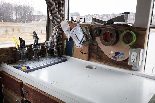 Фотограф перетворив автобус у дім для мандрів: затишні кадри - фото 300433