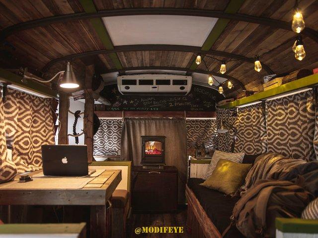 Фотограф перетворив автобус у дім для мандрів: затишні кадри - фото 300434