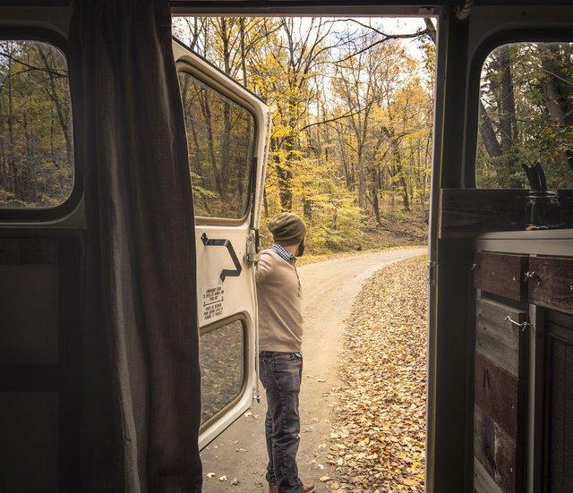 Фотограф перетворив автобус у дім для мандрів: затишні кадри - фото 300435