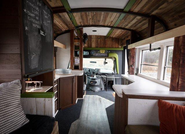 Фотограф перетворив автобус у дім для мандрів: затишні кадри - фото 300436