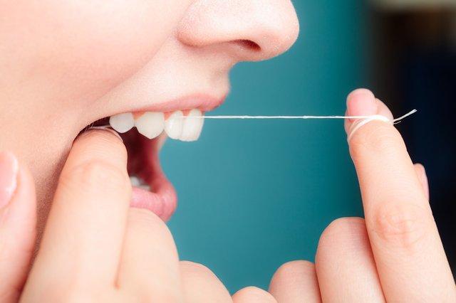 У зубних нитках можуть міститися шкідливі сполуки - фото 300734