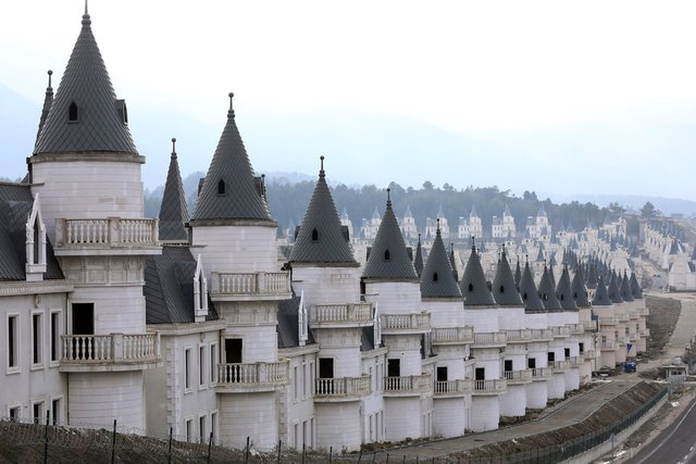 Як виглядає сучасне місто-привид із покинутих 'діснеївських замків' в Туреччині - фото 301894