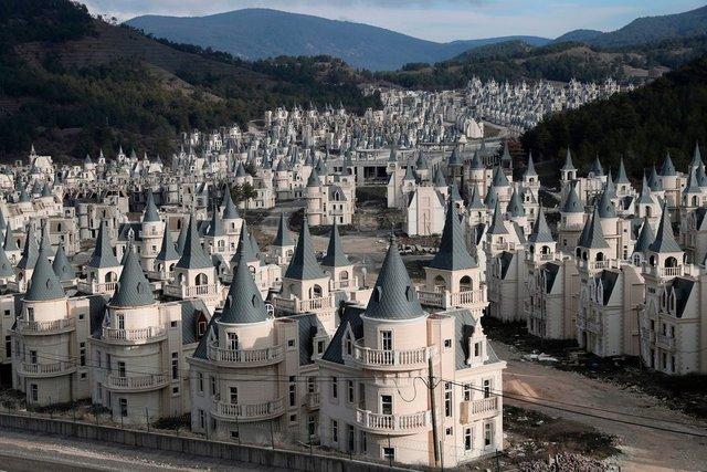 Як виглядає сучасне місто-привид із покинутих 'діснеївських замків' в Туреччині - фото 301896
