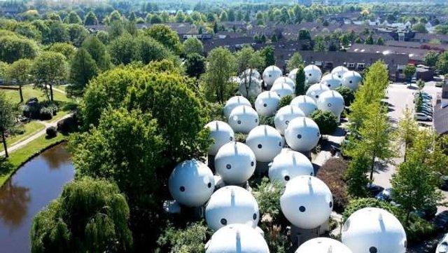 Як живуть люди у бетонних будиночках-кулях у Нідерландах - фото 302920