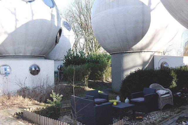 Як живуть люди у бетонних будиночках-кулях у Нідерландах - фото 302922