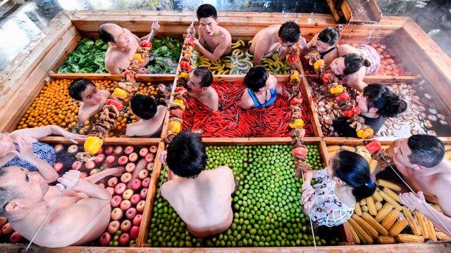 Туристам пропонують відпочити у чанах з їжею - фото 304449