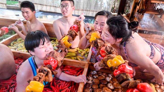 Туристам пропонують відпочити у чанах з їжею - фото 304450
