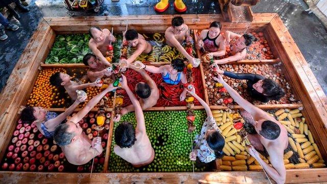 Туристам пропонують відпочити у чанах з їжею - фото 304451