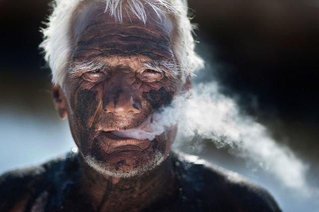 Молодші за 100 років не зможуть купити сигарети - фото 305761
