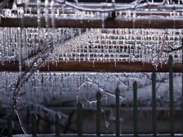 Моторошна краса: як виглядає крижана зима у Румунії - фото 305901
