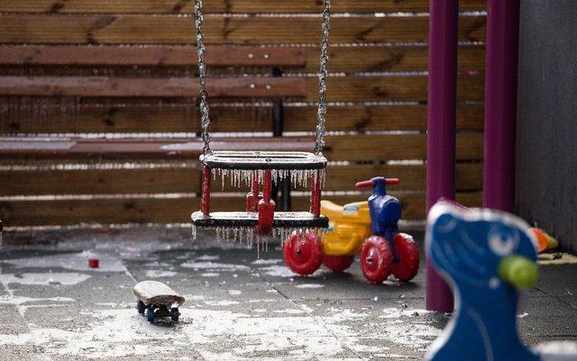 Моторошна краса: як виглядає крижана зима у Румунії - фото 305905
