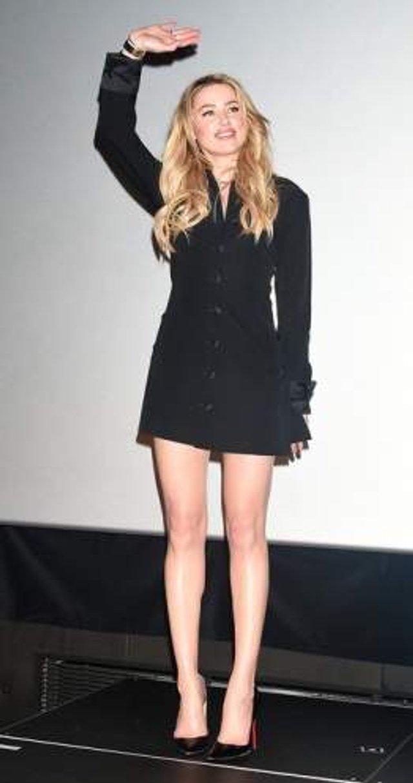 Зірка Аквамена показала спокусливе фото у чорній міні-сукні - Радіо ... b5a6ba051fc13