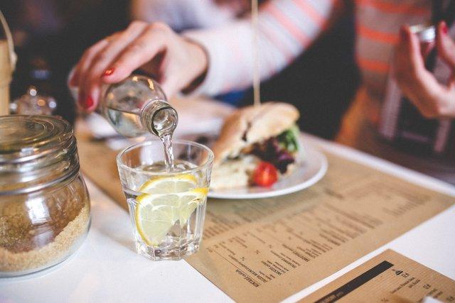 Вода з медом та лимоном покращує метаболізм - фото 306021