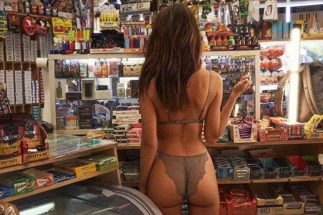 Спокуслива Емілі Ратажковскі рекламує свою колекцію білизни - фото 306461