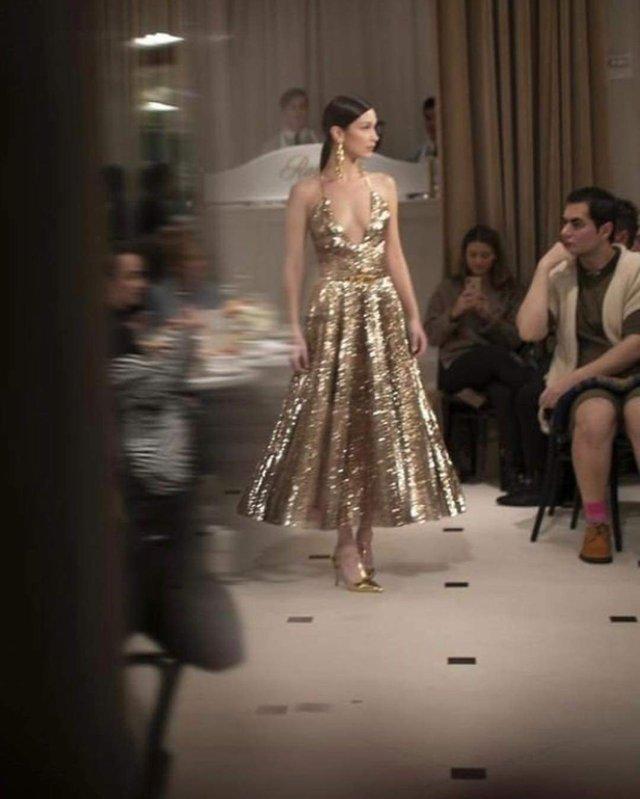 Спокуслива модель викликала фурор у золотій сукні - фото 306739
