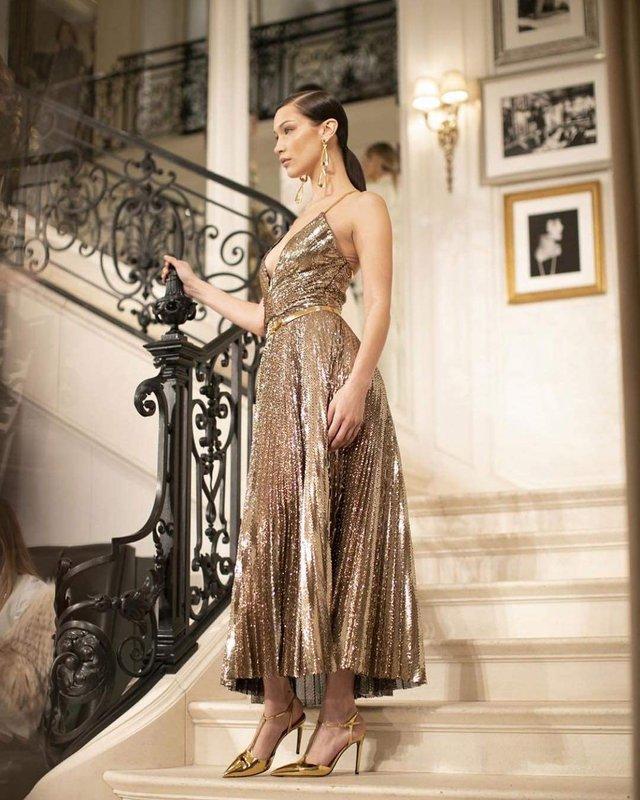 Спокуслива модель викликала фурор у золотій сукні - фото 306741