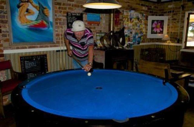 Найбільш незвичайні столи для більярду: зіграли би? - фото 306997