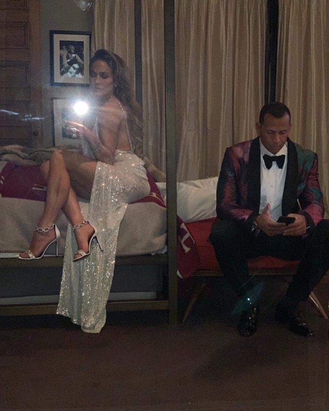 Джей Ло засвітила оголені груди у пікантному платті - фото 307179