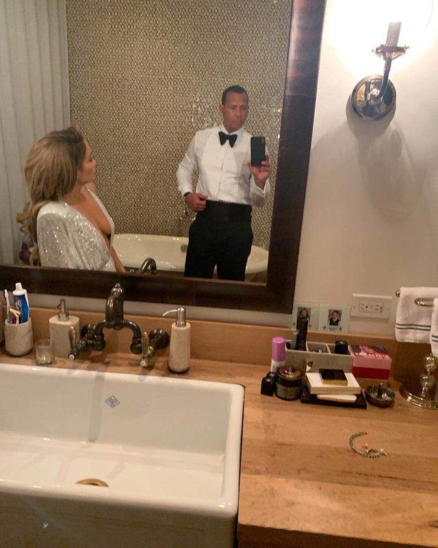 Джей Ло засвітила оголені груди у пікантному платті - фото 307181