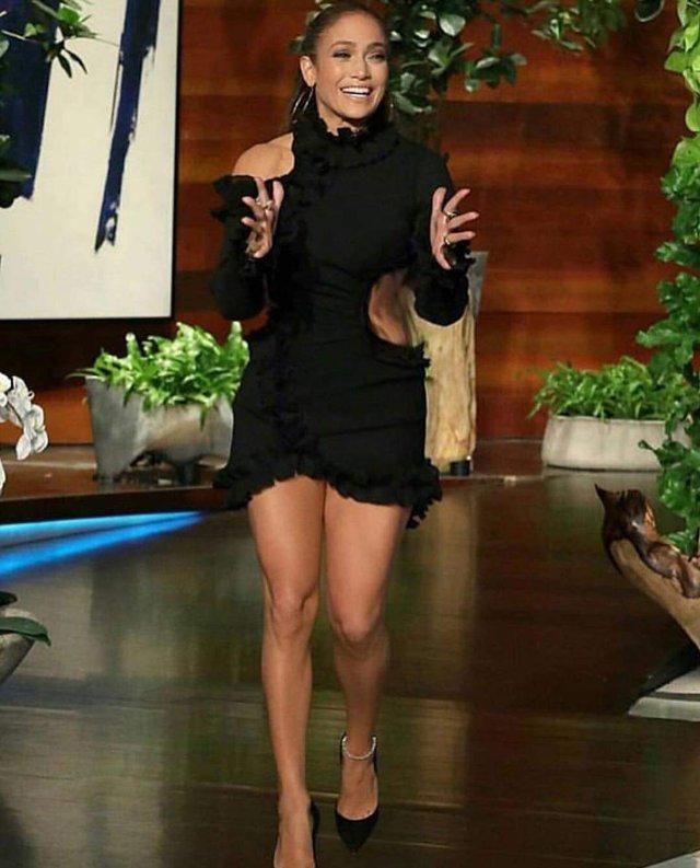 Дженніфер Лопес похвалилася стрункими ногами у міні-сукні - фото 307642