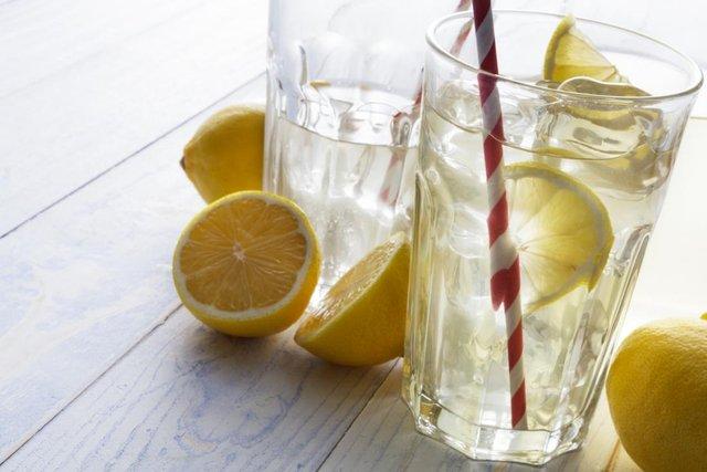 Вода з лимоном допоможе очистити наш організм  - фото 307830