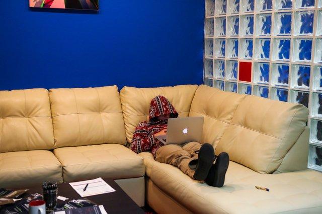 Програмісти дійсно інколи живуть на роботі   - фото 308106