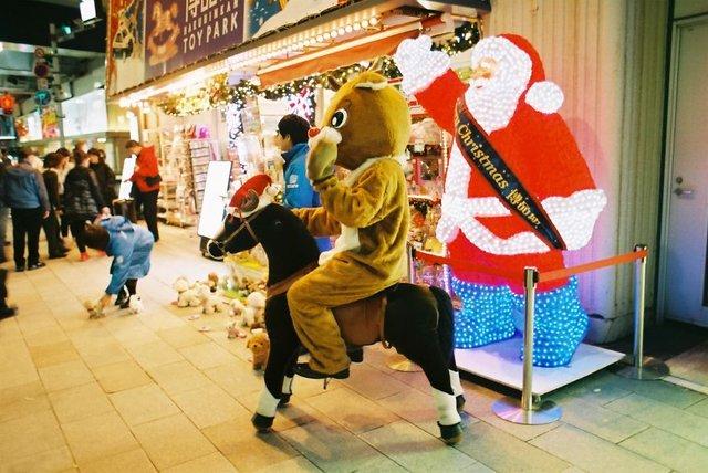 Життя та мода на вулицях Японії: незвичайні фото - фото 308628