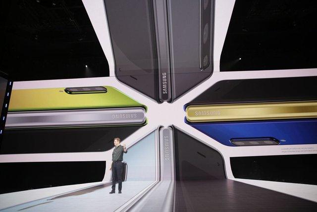 Galaxy Fold вразив своїм формфактором - фото 308963